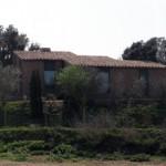 En aquesta vista s'observa la perfecta integració de la casa amb la topografia i l'entorn.
